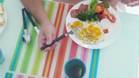 Draufsicht des Mannes hat Morgen Frühstück gebratene egges mit Gemüsegetränktee Langsame Bewegung 3840x2160 stock footage