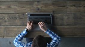 Draufsicht des Mannes schreibend auf Laptop stock footage
