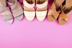 Draufsicht des modernen weiblichen Mediums folgte Frauen ` s Lederschuhen von Pastellfarben auf Fersen/Keil für Frühlingsommer-Ja lizenzfreies stockbild