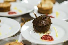 Draufsicht des Nachtischs des Schokoladenkleinen kuchens über eine weiße Platte stockfotografie