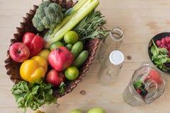 Draufsicht des neuen biologischen Lebensmittels im Korb und leeren Glasflaschen stockfotos