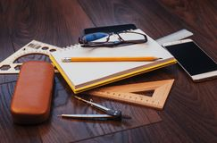 Draufsicht des Notizbuches, des Briefpapiers, der Ziehwerkzeuge und einiger Gläser improvise Lizenzfreies Stockbild
