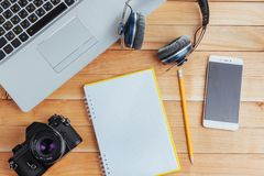 Draufsicht des Notizbuches, des Briefpapiers, der Ziehwerkzeuge und einiger Gläser improvise Stockfoto