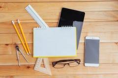 Draufsicht des Notizbuches, des Briefpapiers, der Ziehwerkzeuge und einiger Gläser improvise Lizenzfreie Stockbilder