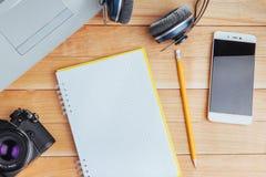Draufsicht des Notizbuches, des Briefpapiers, der Ziehwerkzeuge und einiger Gläser improvise Stockfotografie