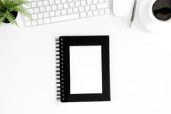 Draufsicht des Notizbuches mit Blinddeckel, Tasse Kaffee, Computermaus und Tastatur Lizenzfreies Stockbild