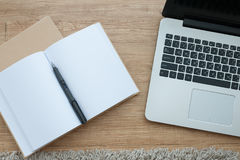 Draufsicht des Notizbuches und des Laptops Lizenzfreie Stockfotografie