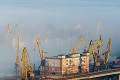 Draufsicht des Odessa-Seehafens an einem sonnigen Tag mit Nebel zwischen Stockbild