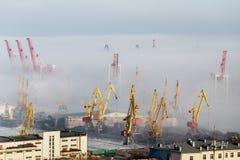 Draufsicht des Odessa-Seehafens an einem sonnigen Tag mit Nebel zwischen Kränen Stockfotos