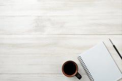Draufsicht des offenen leeren Notizbuches und des schwarzen Stiftes mit Kopienraum Stockfoto