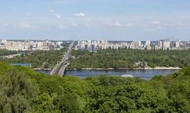 Draufsicht des Panoramas der linken Seite von Kiew im Sommer lizenzfreie stockfotografie