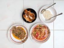 Draufsicht des Papayasalats mit würzigem gehacktem Schweinefleisch, gebratenes Huhn Lizenzfreie Stockfotografie