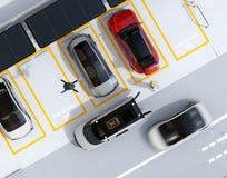 Draufsicht des Parkplatzes ausgerüstet mit Sonnenkollektoren und Batterien und Überverdichtersystem Lizenzfreies Stockfoto