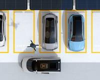 Draufsicht des Parkplatzes ausgerüstet mit Sonnenkollektoren und Batterien und Überverdichtersystem Stockfoto
