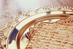 Draufsicht des Passahfesthintergrundes Matzoh (jüdisches Passahfestbrot) über hölzernem Hintergrund Stockfotos