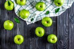 Draufsicht des reifen grünen dunklen Holztischhintergrundes der Äpfel Stockfoto