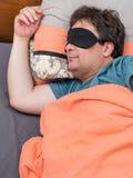 Draufsicht des reifen Mannes in der schwarzen Maske schläft auf Bett stockbilder