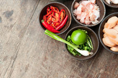 Draufsicht des rohen Lebensmittels des Bestandteiles auf hölzerner Tabelle Stockbild