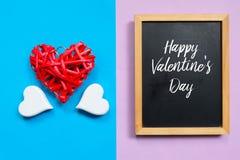 Draufsicht des roten hölzernen Herzens handcraft und die Tafel, die mit glücklichem Valentine& x27 geschrieben wird; s-Tag Lizenzfreie Stockfotografie