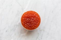 Draufsicht des roten Kaviars in einer Schüssel auf einem hellen Marmorhintergrund Stockfotos