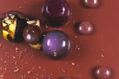 Draufsicht des Satzes schöner und köstlicher Schokoladenbonbons, die mit sortierter Schokolade verziert werden, zerkrümelt Lizenzfreies Stockfoto