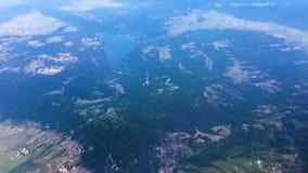 Draufsicht des schönen Meerblicks und der Landschaft gesehen von der Fliegenflugzeugvogelperspektive - stock footage