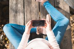 Draufsicht des schönen schwangeren schauenden Ultraschallbildes in ihrem m stockbild