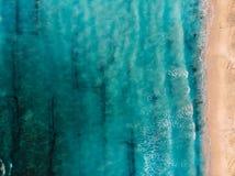 Draufsicht des schönen Strandes mit Türkisozean und Wellen, Vogelperspektive stockbild