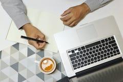 Draufsicht des Schreibtischbüros mit Mann graues Hemd tragen stockfotografie