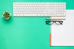 Draufsicht des Schreibtischs mit Briefpapiereinzelteilen Stockfotografie