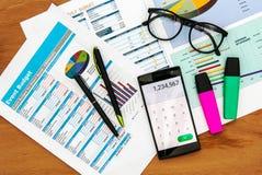 Draufsicht des Schreibtischs mit Datendiagramm und intelligentem Telefon Lizenzfreie Stockbilder