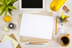 Draufsicht des Schreibtischs mit Papier, Briefpapier und Tablet-Computer