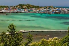Draufsicht des See-, Pier- und Wegpfades stockbild