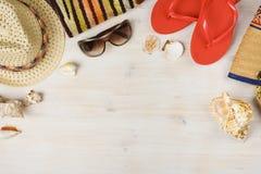 Draufsicht des Sommerstrandzubehörs auf hölzernem Hintergrund Lizenzfreies Stockbild