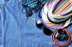 Draufsicht des Sommerzubehörs für moderne Frau auf Denimbaumwollstoffba Lizenzfreie Stockbilder