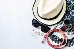 Draufsicht des Sommerzubehörs für moderne Frau auf weißem backgro Lizenzfreie Stockfotografie