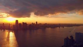 Draufsicht des Sonnenuntergangs über New York stock footage