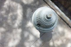 Draufsicht des städtischen Stadthydranten, die unten schaut lizenzfreie stockfotografie