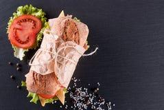 Draufsicht des Stangenbrotsandwiches auf dem Tisch Stockbild