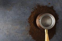 Draufsicht des Stapelkaffees, spezieller Kaffeetopf auf dunkler Tabelle in kithcen stockbilder
