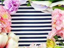 Draufsicht des stilvollen Brandingspotts oben mit den Blumen, zum Ihrer Grafiken anzuzeigen Lizenzfreie Stockfotos