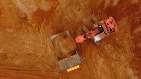 Draufsicht des strömenden Sandes des Baggers im Kipplaster Mars von Erde, Andalusien, Spanien stock video