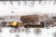 Draufsicht des Straßenarbeiters, der Abwasserrohre ändert Lizenzfreie Stockfotos