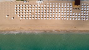Draufsicht des Strandes mit weißen Regenschirmen Goldene Sande, Varna, Bulgarien stockfoto