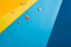 Draufsicht des Strandes mit Zubehör auf buntem grafischem Hintergrund Stockfotografie