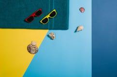 Draufsicht des Strandes mit Zubehör auf buntem grafischem Hintergrund Stockfotos