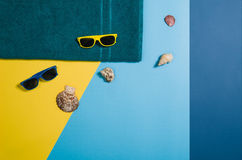 Draufsicht des Strandes mit Zubehör auf buntem grafischem Hintergrund Lizenzfreies Stockfoto