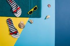Draufsicht des Strandes mit Zubehör auf buntem grafischem Hintergrund Stockfoto