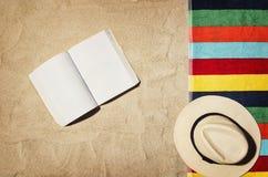 Draufsicht des Strandes und des Sandes mit Zubehör Lizenzfreie Stockbilder