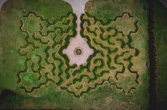 Draufsicht des symmetrischen Dunstlabyrinths stockbilder